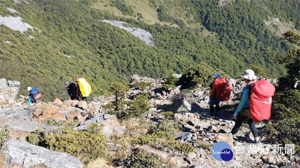 美景和探險並存!聖稜線山友相互幫忙攻克艱難