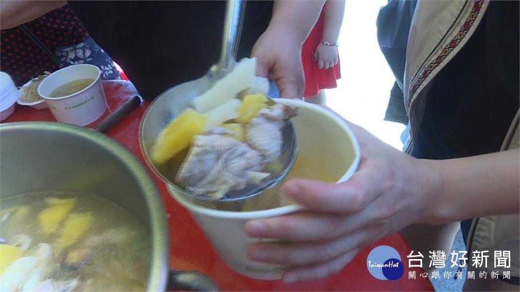 嘉義縣小英之友會救鳳梨 烹煮雞湯大方送