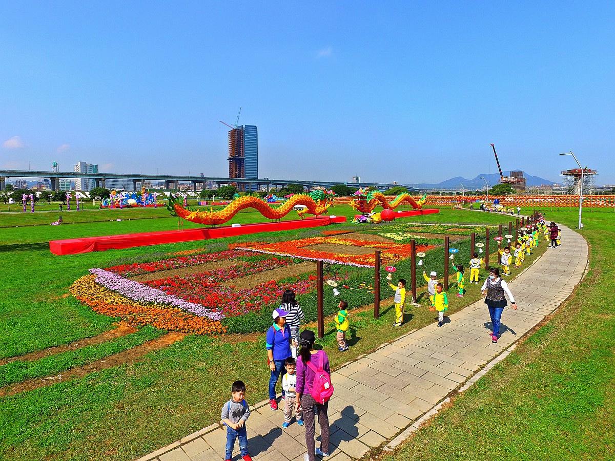 狗年造型草花吸睛 大台北都會公園變身華麗大型樂園