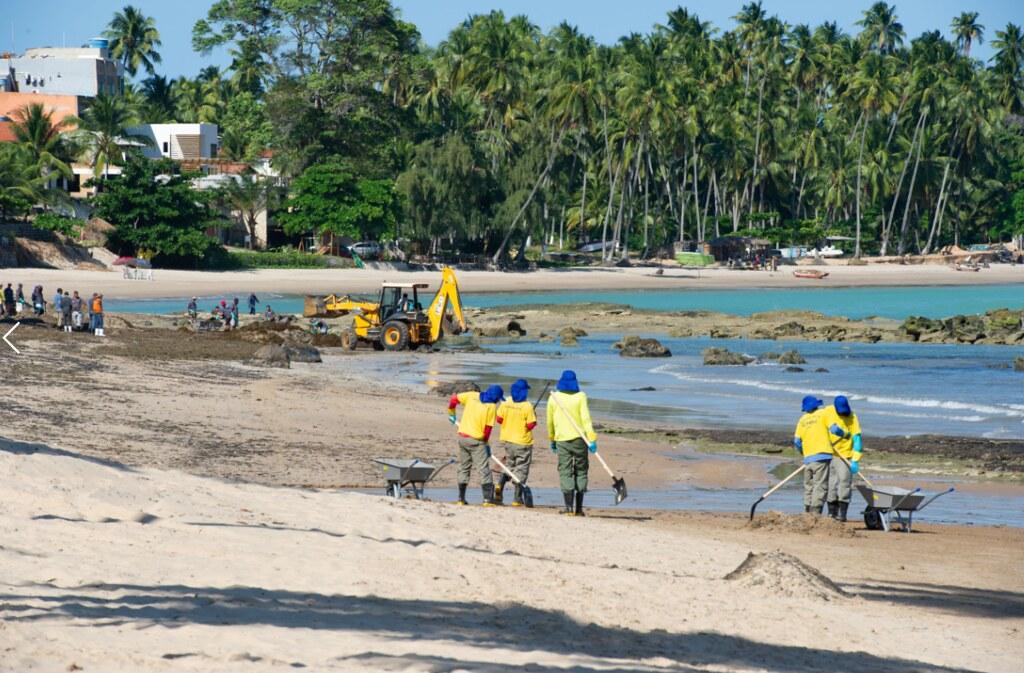 巴西海岸漏油原因仍是謎 成千上萬志工「挖黑泥」