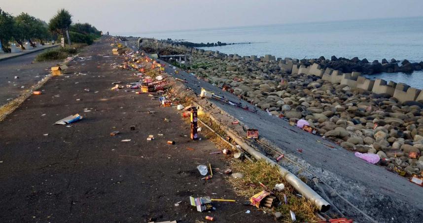 賞月邊放煙火 台南黃金海岸整排垃圾
